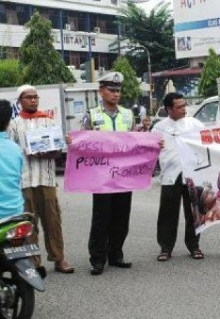 polisi-ini-ikut-aksi-galang-dana-untuk-pengungsi-rohingya