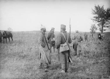 Српски војници испитују заробљеног аустријски официра.