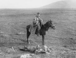Српски коњаник одаје последњи поздрав палом српском војнику.