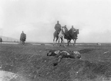 Српски официр са коња посматра тело убијеног бугарског војника.