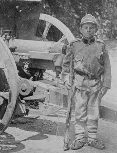 Дванаестогодишњи дечак помаже у артиљеријској батерији
