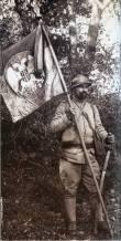 Српски ратник са пуковском заставом на Солунском фронту