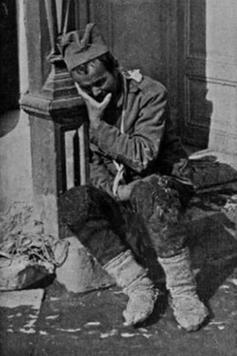 Српски војник умире од тифуса испред болнице.