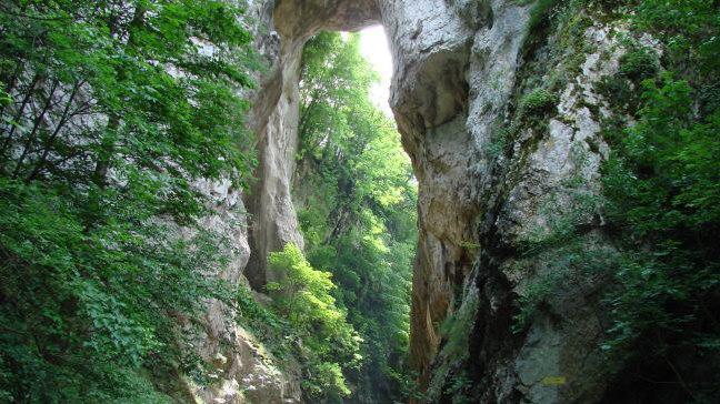 Природни камени мост