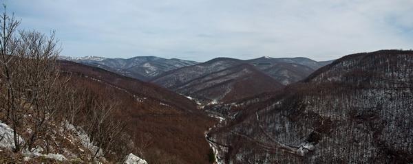 Оне стене лево, на линији хоризонта су Стража