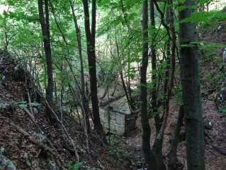 Излазимо из кањона стазом, види се стара воденица