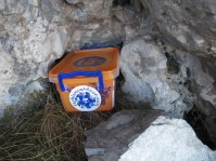 Ушушлан испод стене једне окапине, заштићен од ветра и падавина, чека проналазаче