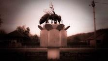 Споменик пчели у Каменову