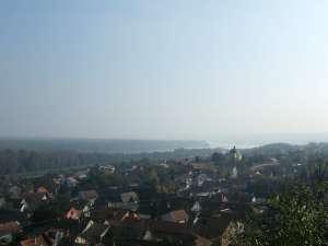 """Поглед на Дунав и зграду """"Карловаччког мира"""" - жута зграда, мало десно од средине"""