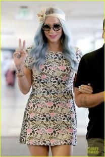 kesha-blue-hair-at-the-airport-02