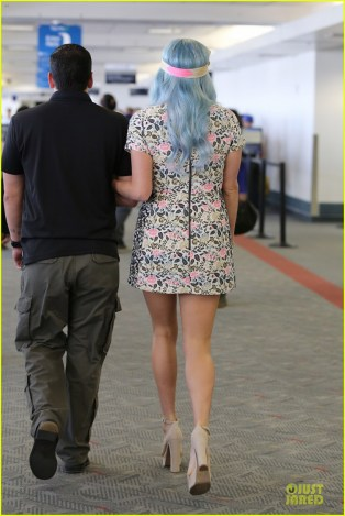 kesha-blue-hair-at-the-airport-19
