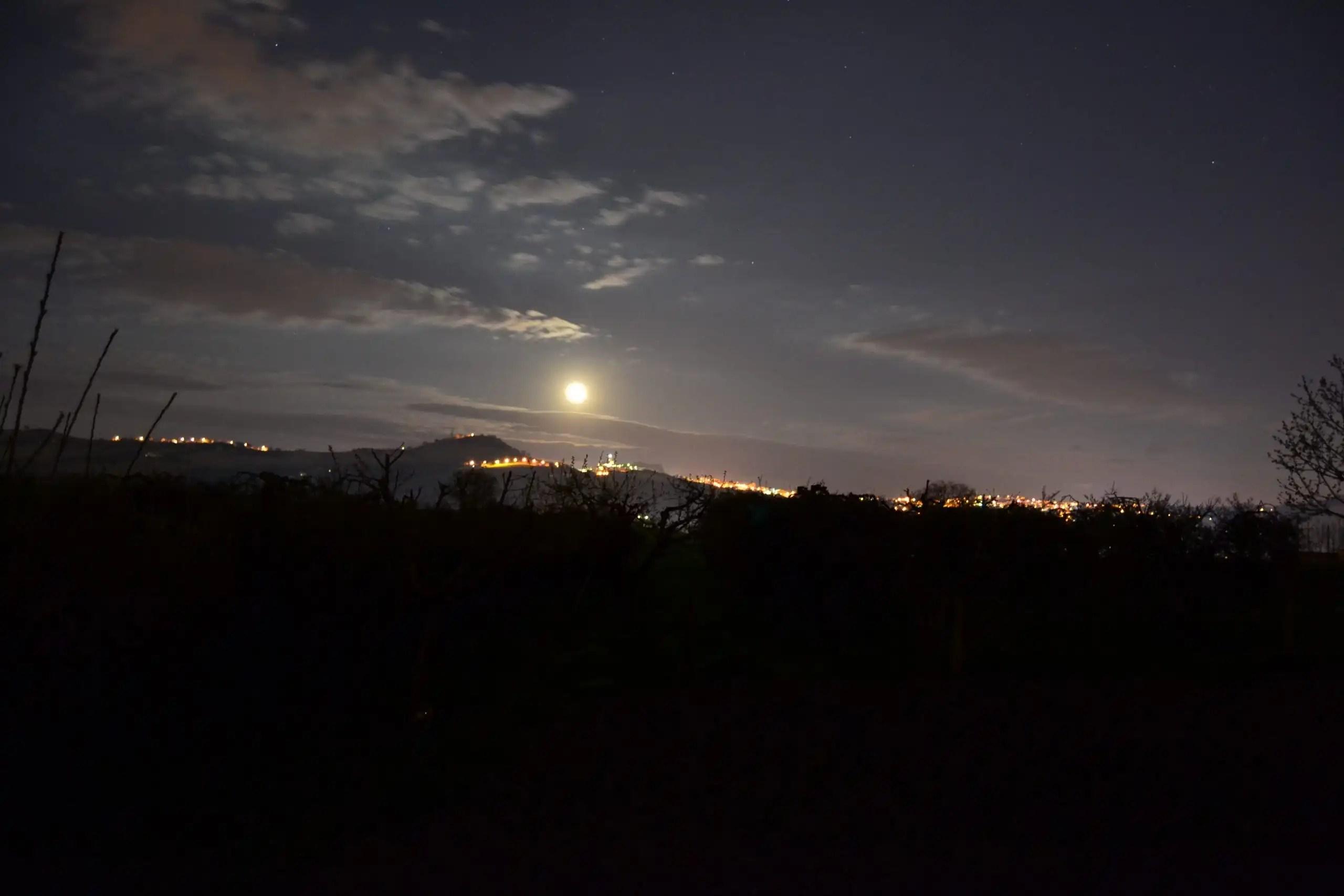 Foto in notturna Duomo di Fermo sotto la luna piena