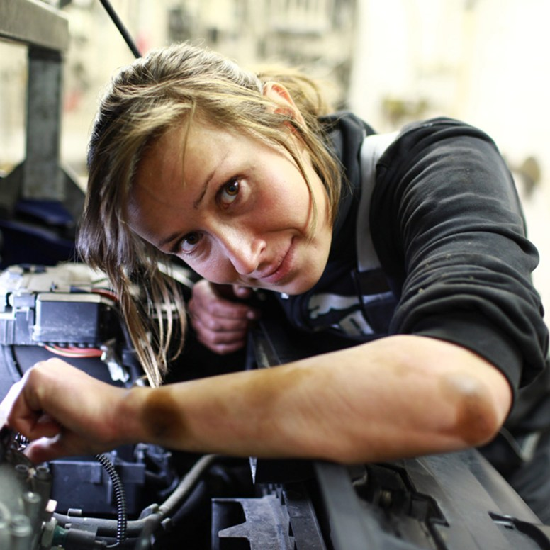 KFZ-Mechatronikerin bei der Arbeit