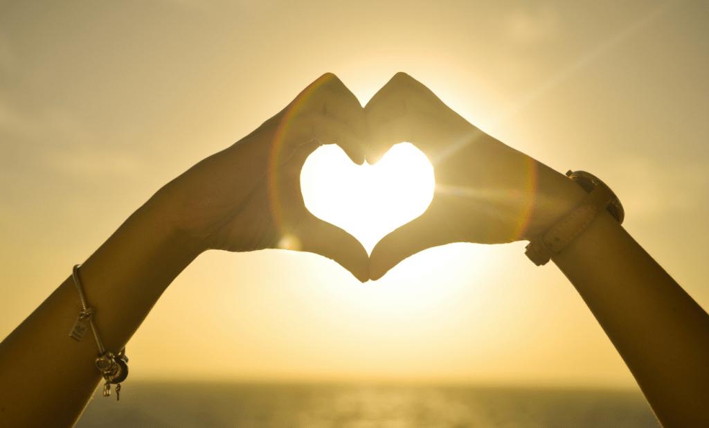 Les mains en forme de cœur exprime l'amour de deux individus.