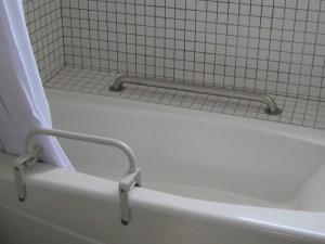 Barandillas de seguridad en la tina de baño en Serena Care Rosarito