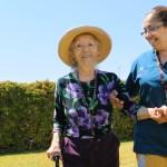 Care Giver de Serena Asiste a adulto mayor en una caminata