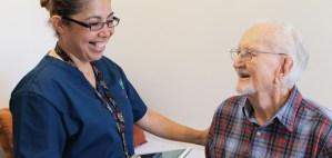 Enfermera y una persona de la tercera edad riendo