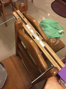 Prensa casera realizada con las patas de una sillita rota. Fueron lijadas y perforadas con taladro, para luego colocarles la varilla roscada con mariposas que prensan el papel durante el proceso de encuadernación.