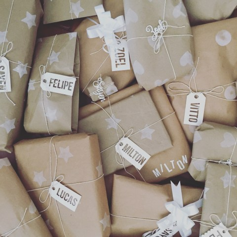 Papel de regalo personalizado con sellos