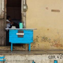 Guarapo sur le pas de porte à Baracoa