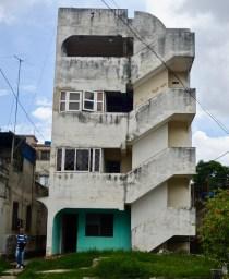 Audace de la cage d'escalier de cet immeuble solitaire et étrange, calle 26.