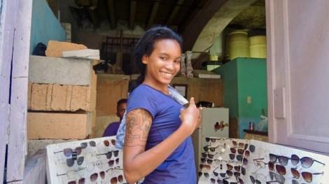 Cuentapropista dans Habana Vieja, ou comment faire fortune sur son pas de porte. L'arrière plan révèle une occupation familiale de l'espace.