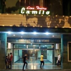 Gai comme un néon qui claque dans la nuit : le ciné Camilo Cienfuegos de Santa Clara.
