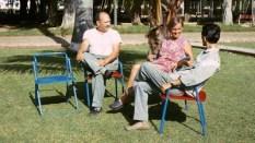 Eva Björklund avec des travailleurs de l'atelier de meubles, à La Havane au début des années 70.