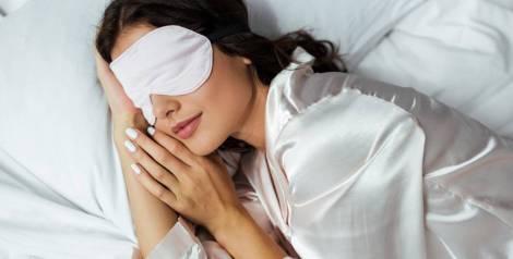 ¿Por qué algunas personas duermen con los ojos abiertos?