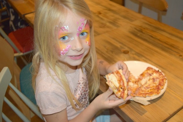 num noms event - caitlin enjoying her pizza