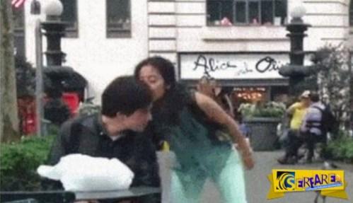 Γυναίκα κάνει καμάκι σε άνδρες στο δρόμο για να τους δείξει πώς είναι!
