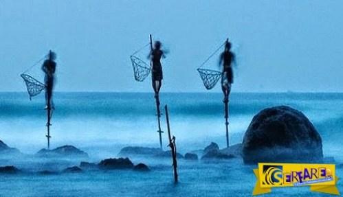 Ο πιο περίεργος τρόπος ψαρέματος – Άνδρες πάνω σε ξυλοπόδαρα, μέσα στη θάλασσα, ακίνητοι για ώρες!