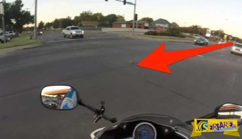 Πήδηξε από τη μοτοσικλέτα για να σώσει ένα μικρό γατάκι! Στο 0.45 η καρδιά μας σταμάτησε!