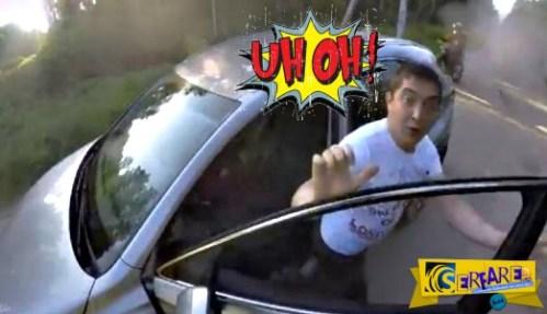 Πολιτικός επιτίθεται σε μοτοσικλετιστή και τρώει … της χρονιάς του!