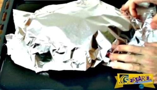 Τυλίγει ψωμί με αλουμινόχαρτο. Το αποτέλεσμα, εντυπωσιακό!
