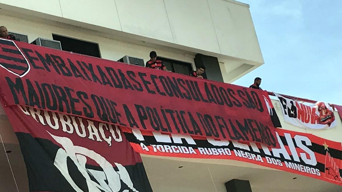 """Embaixadas e Consulados protestam em encontro no clube: """"Somos maiores que a política do Flamengo"""""""