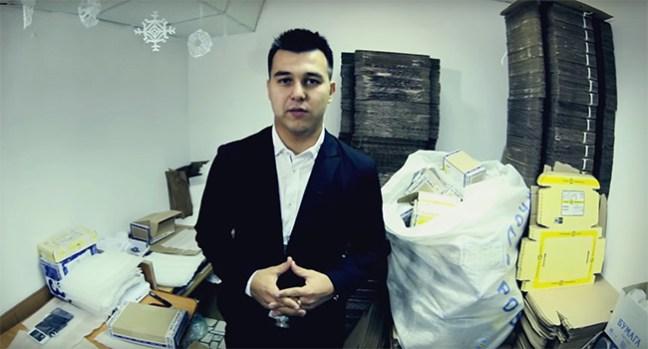 Азат Валеев показывает товары
