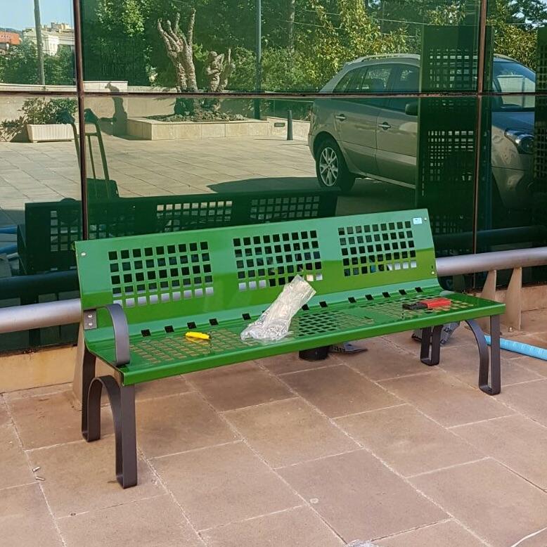 instalando banco metalico de la marca sergin en color verde para zonas comunes