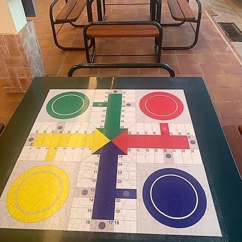 mesa exterior juegos parchis de la marca sergin