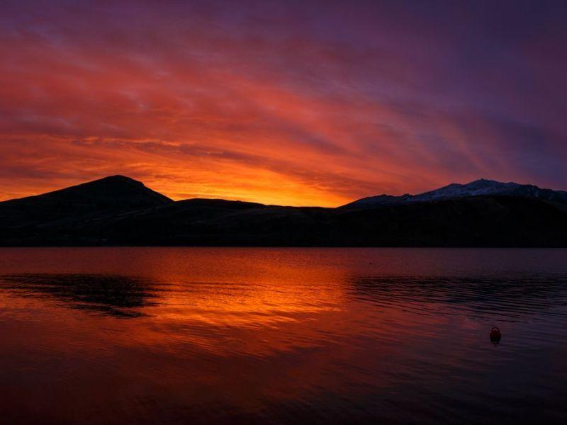 Preciosos colores al atardercer en el lago