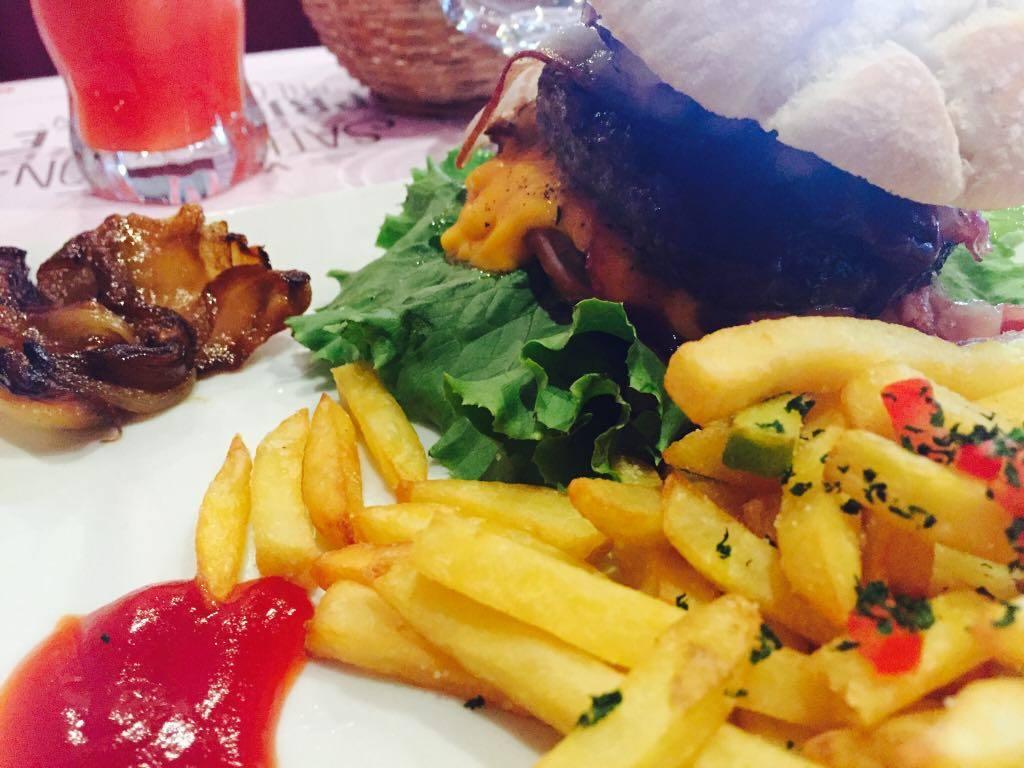 Burger moyen à Hippopotamus Abidjan, serialfoodie, food, foodie, blog, blogger, critique culinaire, hippopotames, Abidjan, côte d'ivoire