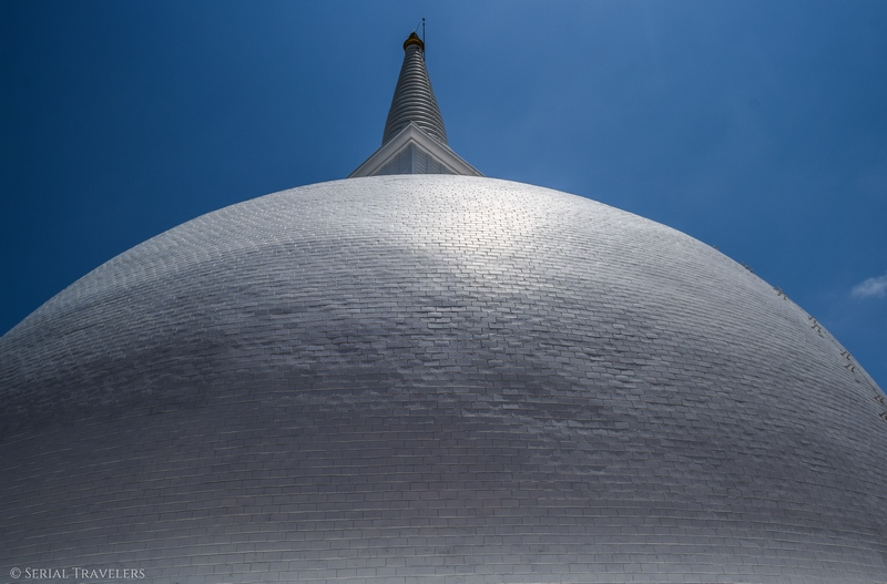 serial-travelers-sri-lanka-minhintale-temple-big-white-stupa