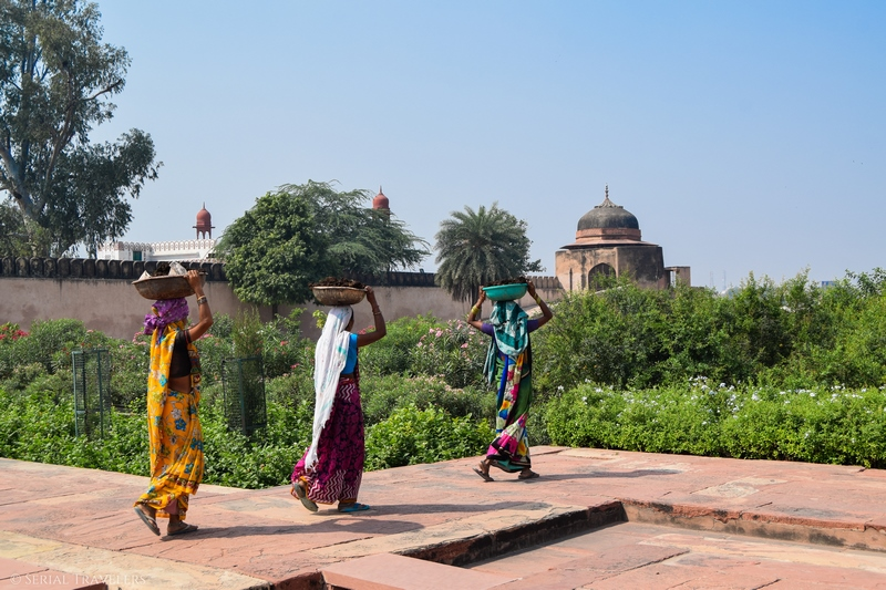 serial-travelers-india-agra-baby-taj-women