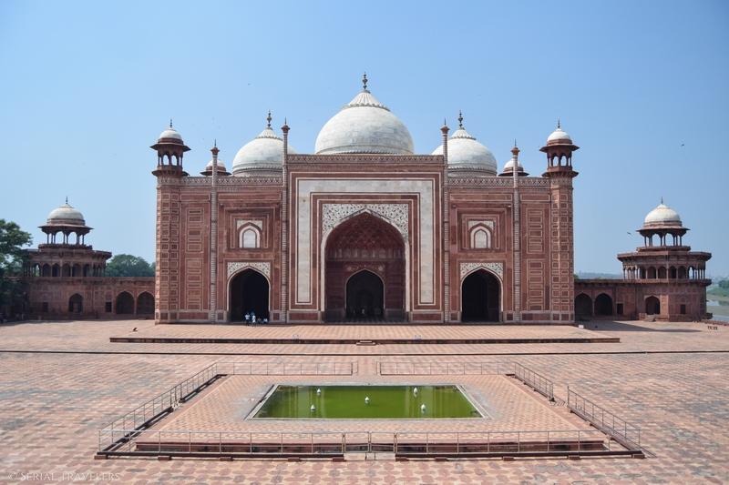 serial-travelers-india-agra-taj-mahal-bassin-mosquée-rose