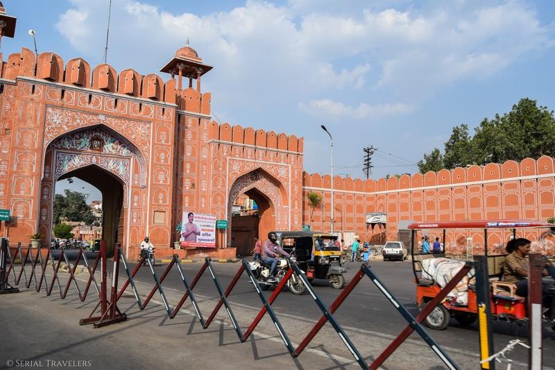 serial-travelers-india-jaipur-pink-city-gate-porte-entree-street