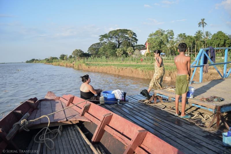 serial-travelers-myanmar-incontournable-myanmar-birmanie-trajet-bateau-hpa-an-moulmein-mawlaymine-douche-bain-riviere