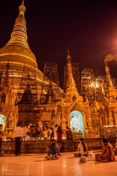 serial-travelers-myanmar-que-faire-a-yangon-rangoun-pagode-shwedagon-plus-grande-pagode-night-nuit-7
