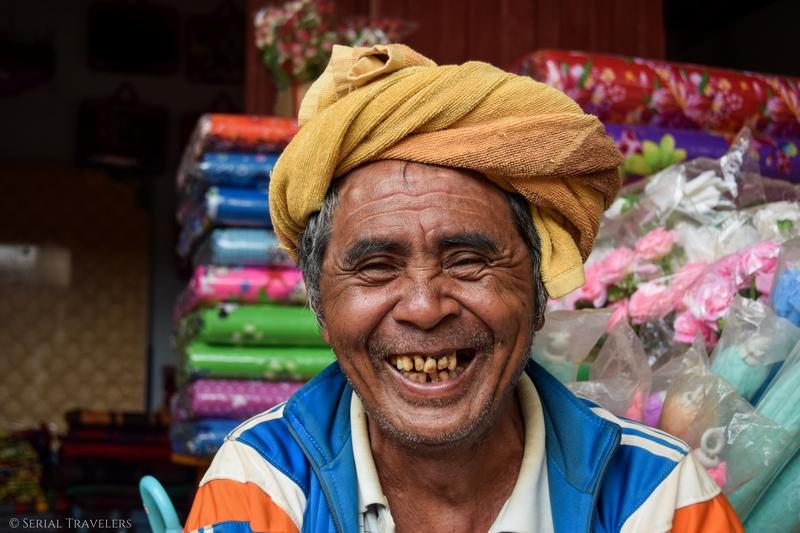 serial-travelers-myanmar-trek-kalaw-inle-sam-family-homme-birman-portrait-sourire-smile