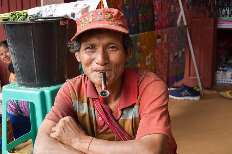 serial-travelers-myanmar-trek-kalaw-inle-sam-family-homme-birman-portrait-sourire