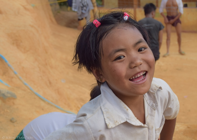 serial-travelers-myanmar-trek-kalaw-inle-sam-family-portrait-enfant-village-child